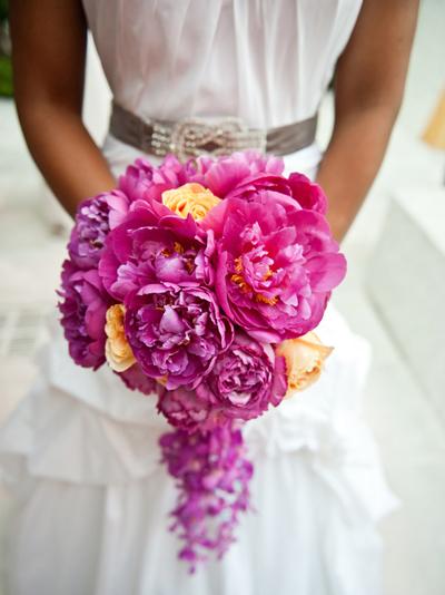 Những bó hoa có phần cuống rủ sẽ hợp với cô dâu dáng người đầy đặn