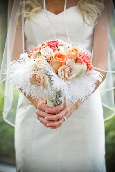 Bó hoa không nên quá to, sẽ che lấp cô dâu