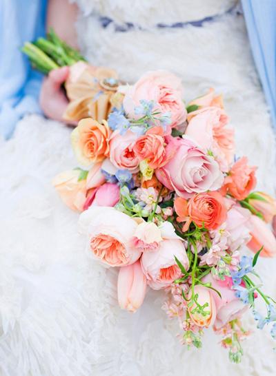Bó hoa dài sẽ tạo cảm cho cô dâu cảm giác cao, thon hơn