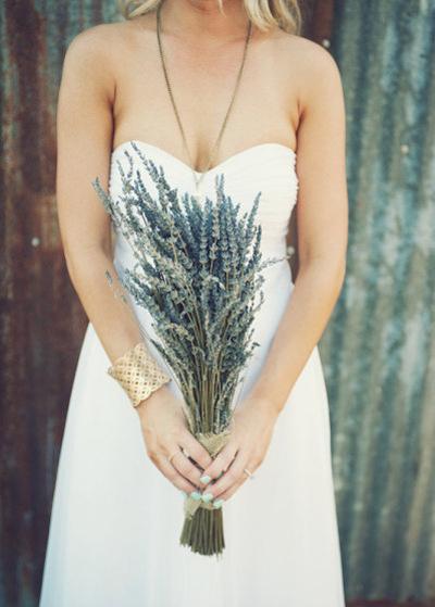 Độ dài bó hoa cũng tùy thuộc vào chiều cao của cô dâu, cô dâu thấp nên chọn bó hoa vừa phải