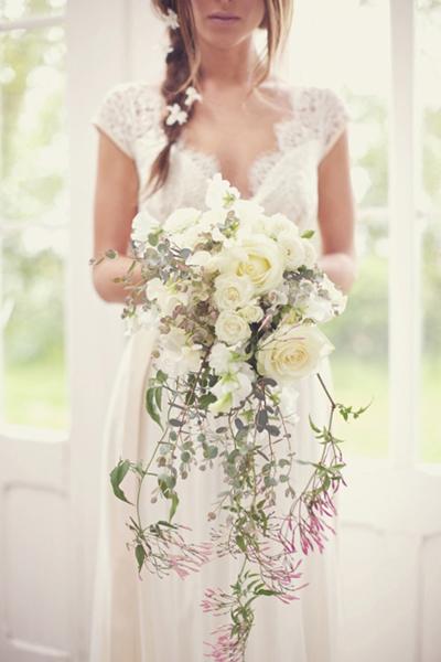 Cô dâu có thân hình mảnh mai dễ chọn hoa cưới vì phù hợp với hầu hết các kiểu hoa