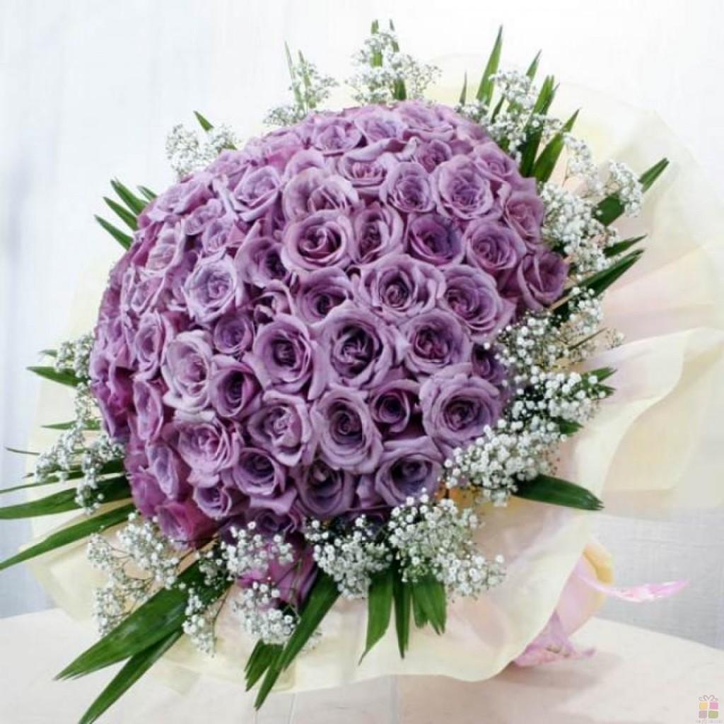 Chọn một bó hoa quá to thì chắc chắn rằng nó không chỉ khiến bạn vướng bận trong lúc ôm hoa mà còn làm mất đi vẻ đẹp tinh tế của bạn