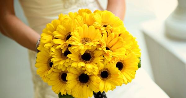Chọn hoa đồng màu với các chi tiết trang trí khác