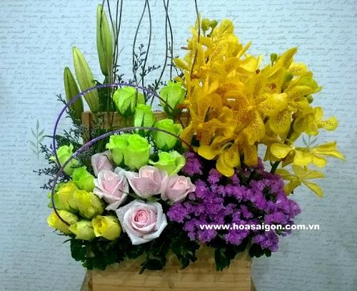 Giỏ hoa với sự kết hợp với những loài hoa khác