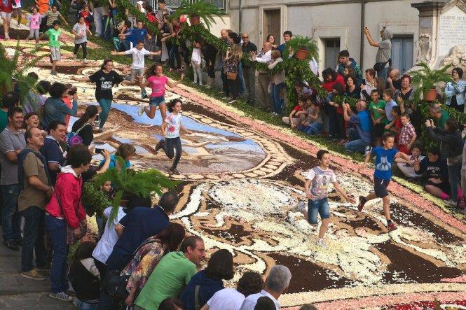 Lạc đến Ý vào tháng 6 bạn đừng chần chừ mà hãy dành ít nhất một ngày cho lễ hội hoa Genzano Infiorata