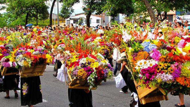 Nông dân trồng hoa diễu hành tại Lễ hội hoa Feria de las Flores