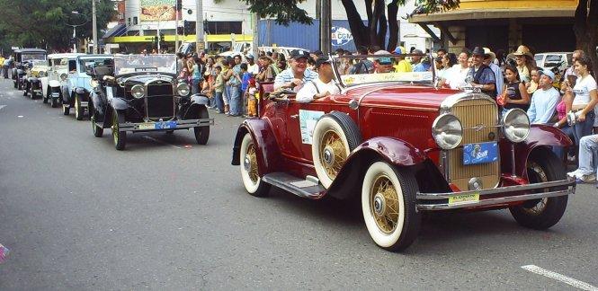 Diễu hành xe cổ tại Lễ hội hoa Feria de las Flores
