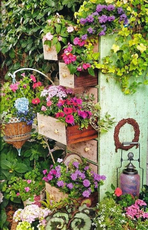 Sáng tạo nên vườn hoa đẹp lung linh từ những vật dụng tái chế