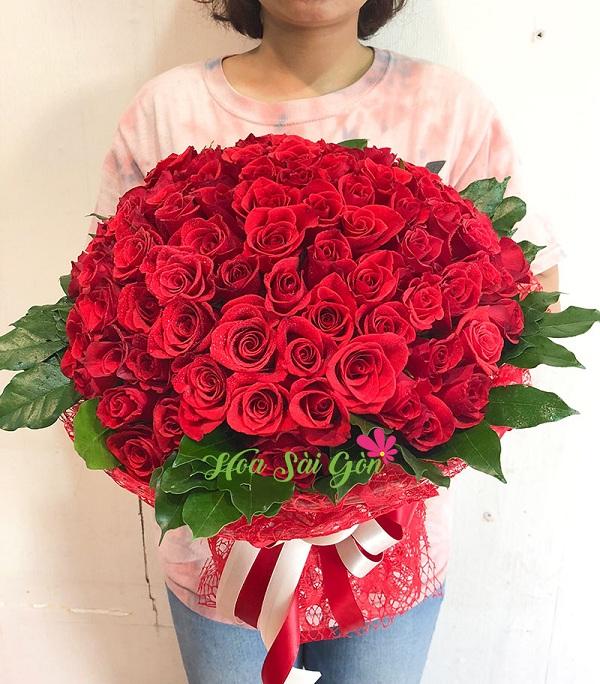 Trong tình yêu hoa hồng đỏ mang ý nghĩa bày tỏ sự chân thành, mạnh mẽ bất chấp mọi khó khăn