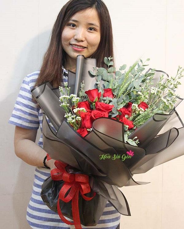 Lớp giấy gói đen sang trọng và chiếc nơ đỏ thắt lên sẽ giúp cho bó hoa càng thêm quyến rũ