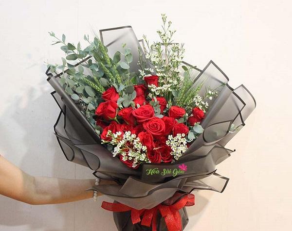 """Hoa hồng đỏ vẫn là hoa chiếm vị trí đặc biệt quan trọng trong các dịp lễ và ca tụng là """"Loài hoa của tình yêu"""""""