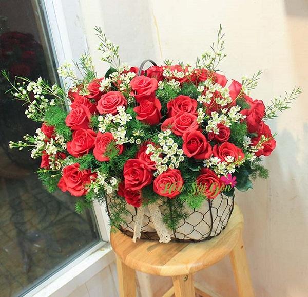 Mọi người giỏ hoa Tình say đắm HSG248 với sự hòa quyện cả hương lẫn sắc của những đóa hồng đỏ kiêu sa