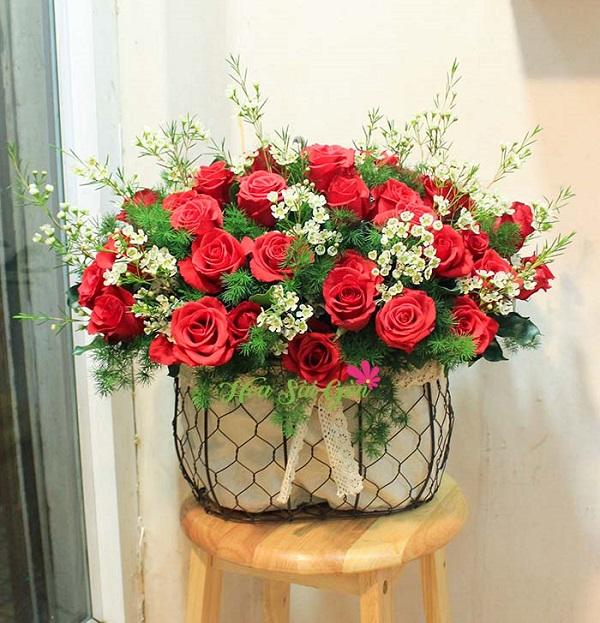 Người nhận được giỏ hoa trên tay sẽ khó cưỡng lại đưa giỏ hoa lên nâng niu